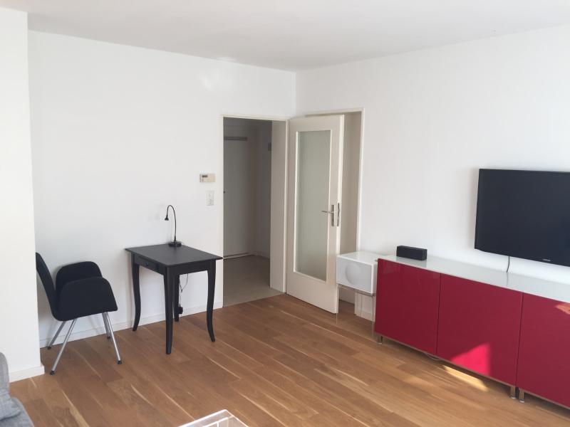 Stuttgart - West: Mitten im Leben: möblierte 2-Zimmer-Wohnung mit Wohnküche, Flur und Bad